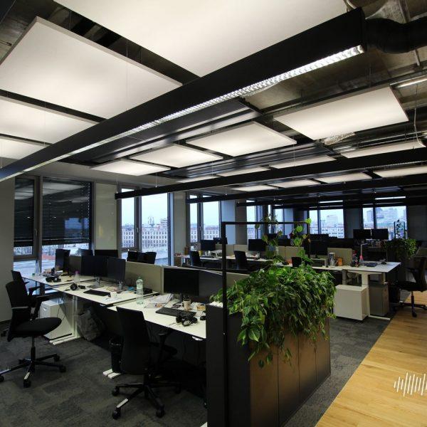 Stropní akustické panely v kanceláři
