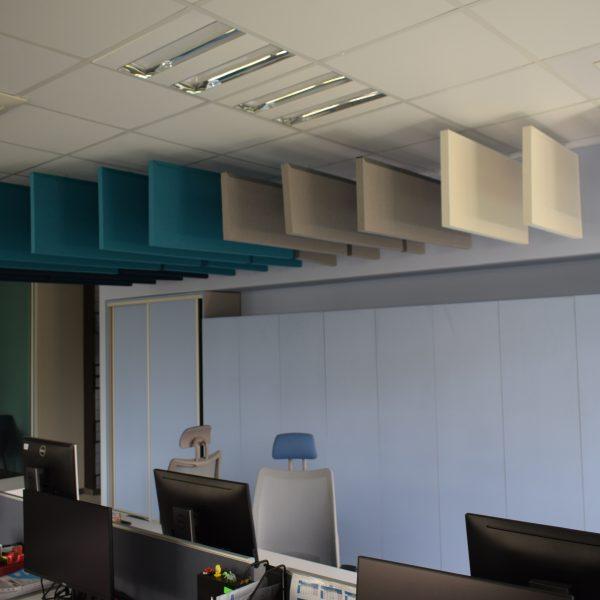 Vertikiální akustický panel na strop